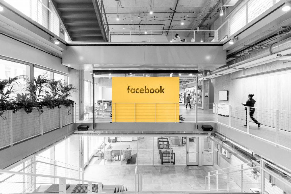 Imagem interna de um dos escritórios do Facebook