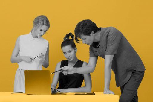 Equipe falando sobre otimização de mídia social